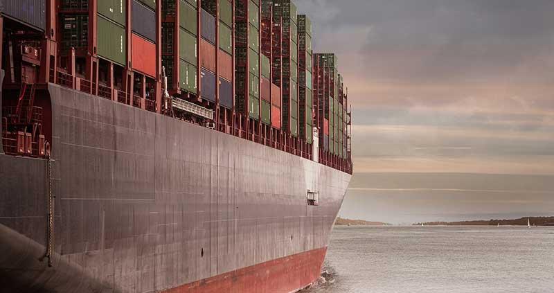 container 20 pieds sur un bateau