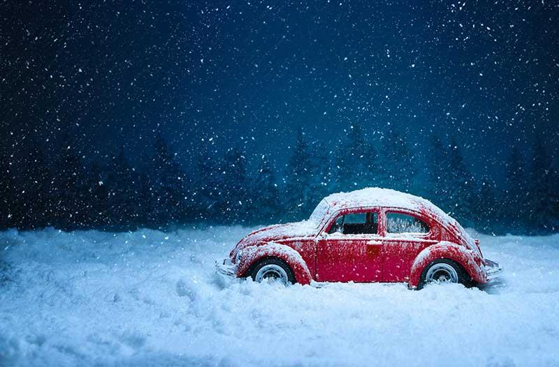 panne de voiture la nuit neige